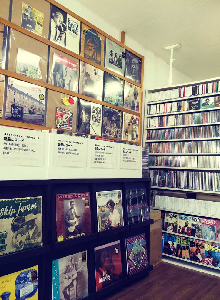 LP、CD、雑誌等がきれい にディスプレイされた店内